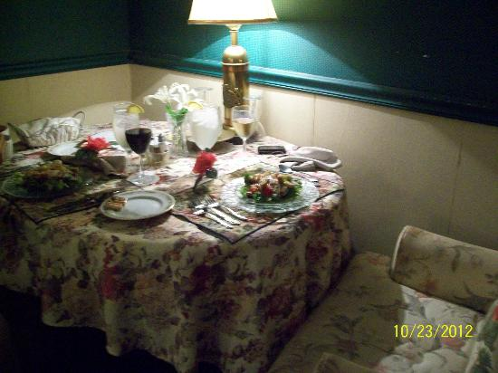 Ehrhardt Hall Bed and Breakfast Inn: Drayton Library/In-room dining