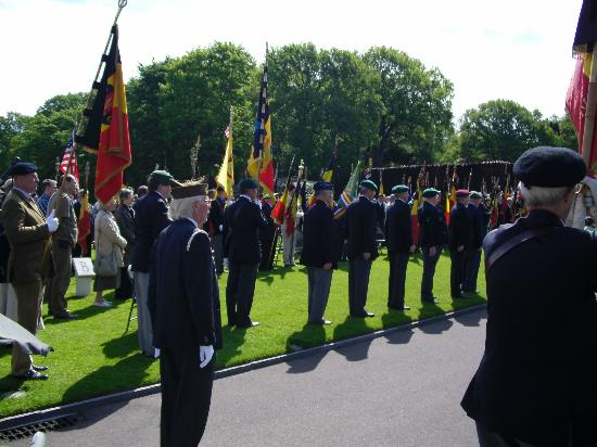 Ardennes American Cemetery and Memorial : Anciens combattants belges sur le cimetière Américain