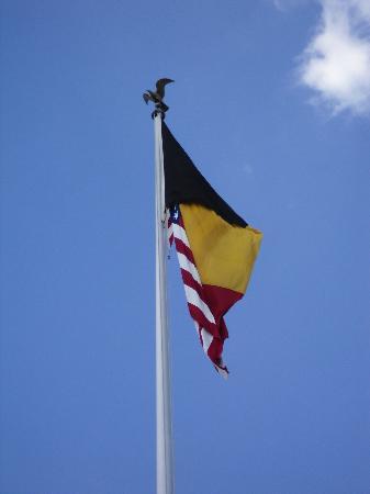 Ardennes American Cemetery and Memorial : Les drapeaux Américains et belges entremêlés