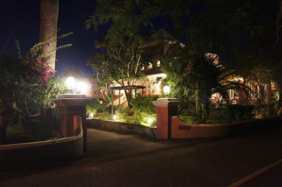 فندق رويال بامز: Night view of hotel from street 