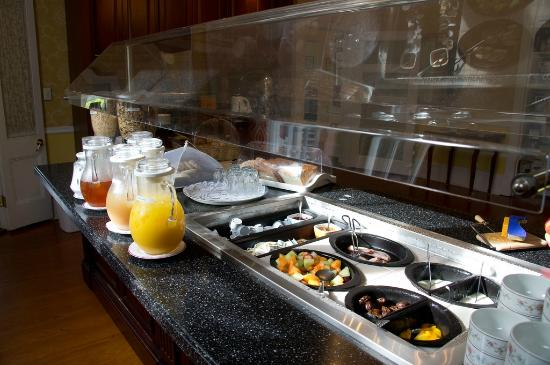 Royal Palms Hotel: Free morning breakfast bar