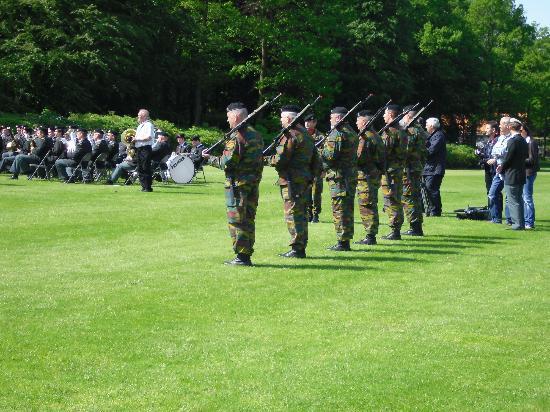 Ardennes American Cemetery and Memorial : Des soldats vont tirer une salve d' honneur