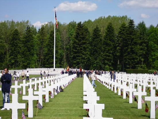 Ardennes American Cemetery and Memorial : Au fond du cimetière les drapeaux Américains et belges