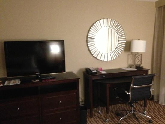 Crowne Plaza Boston Woburn: Good TV, nice desk,