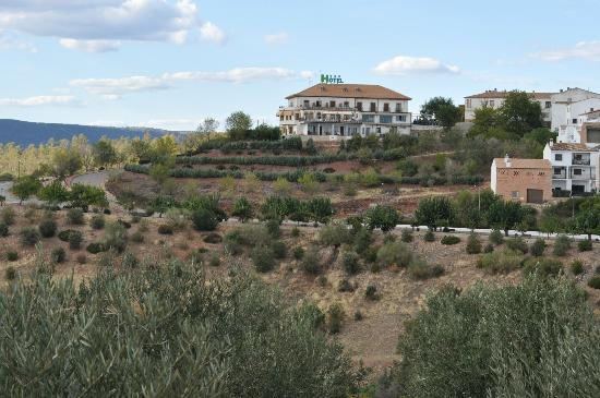 Hotel Restaurante Banos: View of the hotel and countryside