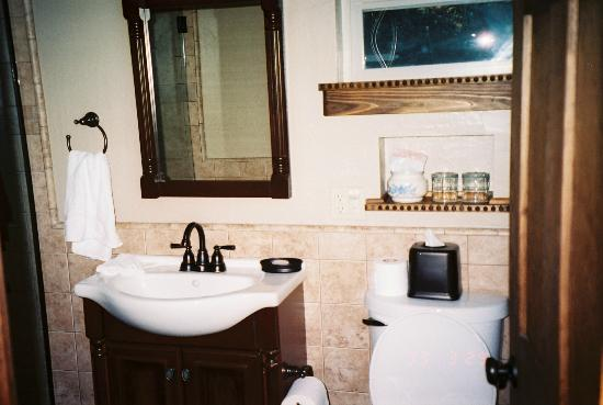 ForFriends Inn: Vaquero Cottage bathroom - to the left is a huge tile walk in shower :)
