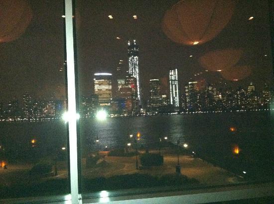 Hyatt Regency Jersey City: Night time view of Manhattan from the hotel restaurant
