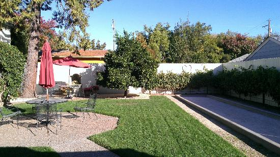 Arbor Guest House: Garden and bocce ball court