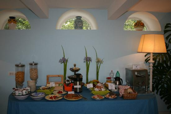 Hotel La Bougainville: Breakfast Display