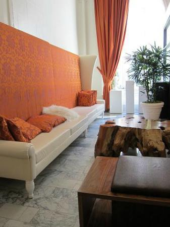 Hotel Vertigo: ロビーの大きなソファー