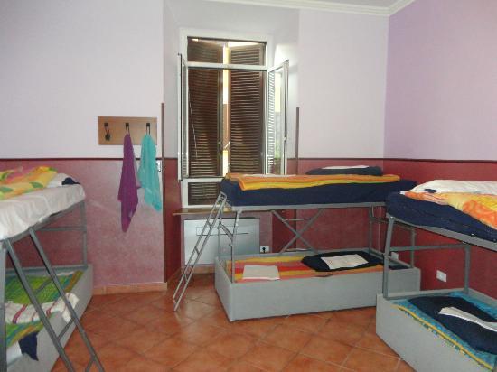 Alessandro Palace Hostel: 8 bed mixed bathroom