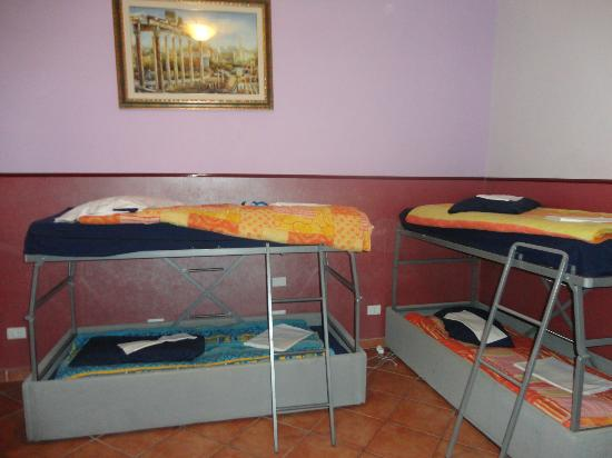 Alessandro Palace Hostel: another view of the 8 bedroom (mixed)