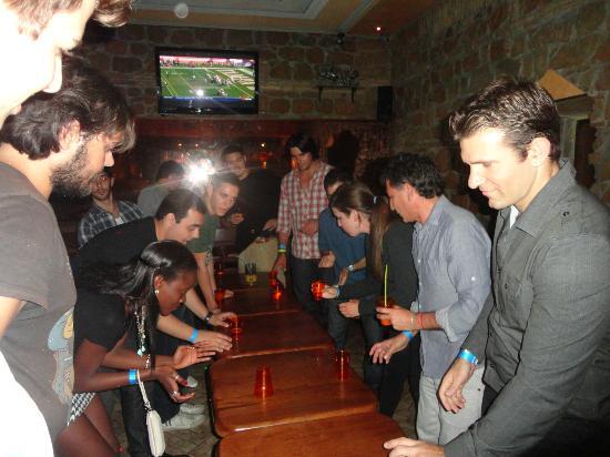Alessandro Palace Hostel: Party at the hostel bar