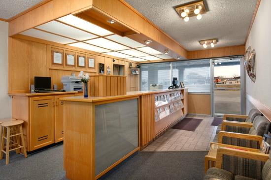 Swift Current Thriftlodge: Front Desk Area