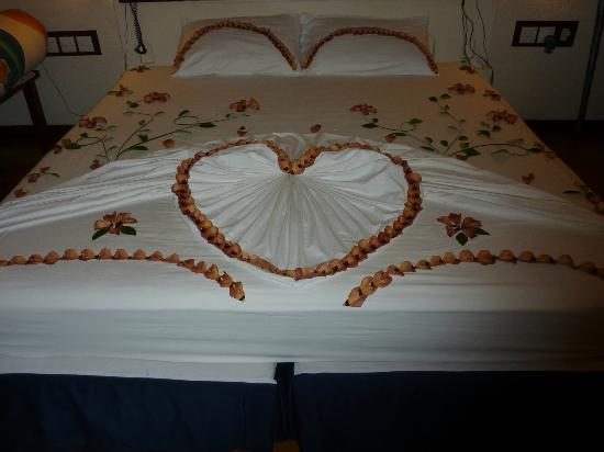 Adaaran Club Rannalhi: bed decoration on last night