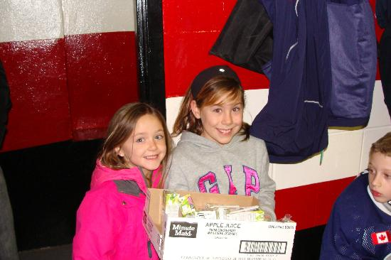 Leisure Inn Hotel: Ella Ring & Morgan Byrnes-Fans for the Eagles Hockey Team