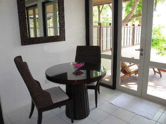 Angsana Ihuru: Una mesa y sillas en el espacio añadido (antiguo porche)