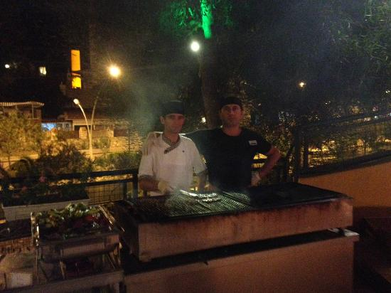 Fortuna Beach Hotel: The very awesome BBQ kings(thats from a self crowned BBQ KING)