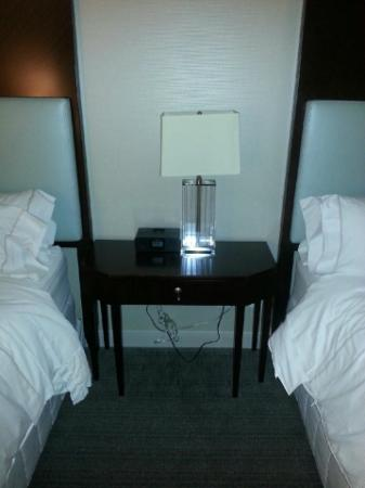 Le Westin Montreal: Bedside table, lamp, alarm radio clock.