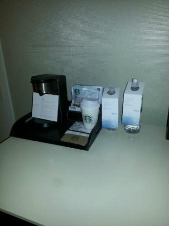 لي ويستين مونتريال: Coffee machine (Starbucks packages) + water (smaller bottle is complimentary + large bottle is 3