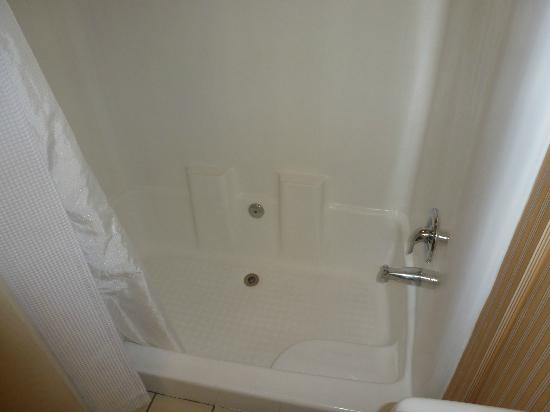 Blue Sea Beach Hotel: The shower/bathtub