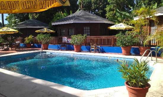 Shepherd's Inn: Pool with pool room behind