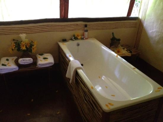 Sanctuary Gorilla Forest Camp: Our Bathtub decorated with flowers