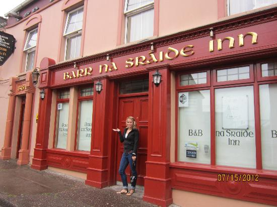 Barr Na Sraide Inn: In front of the pub/B&B
