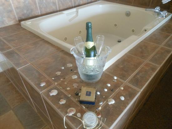 Hallmark Resort Cannon Beach: How the staff set up our jacuzzi area