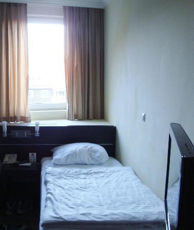 Leonardo Hotel Budapest: My single bed; not luxurious, but adequate.