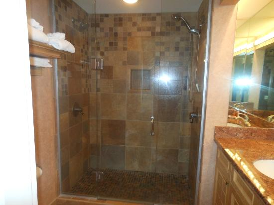 Hallmark Resort Cannon Beach: Tile shower with dual shower heads