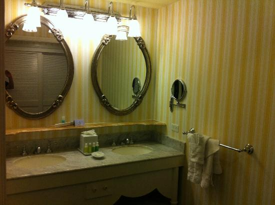 bathroom foto di disney 39 s boardwalk inn orlando tripadvisor. Black Bedroom Furniture Sets. Home Design Ideas