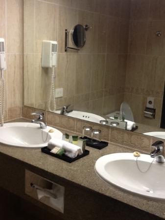 bagno comodo con due lavabo - Picture of Hotel Riu Palace Paradise ...