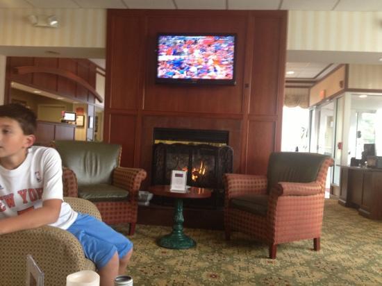 Clarion Hotel & Suites Hamden: lobby