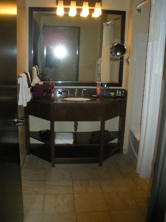 Desert Diamond Casino Hotel: Large bathroom with nice tub/shower combo.  Toilet is in sepeate room