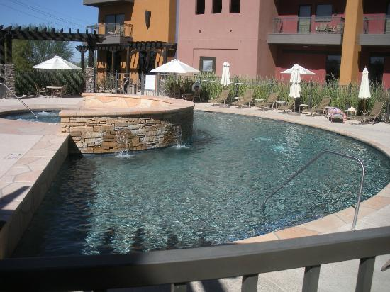 Desert Diamond Casino Hotel: Pool with hot tub above