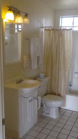 Motel 6 Vista: BVI Vista CA 201210 King Bathroom