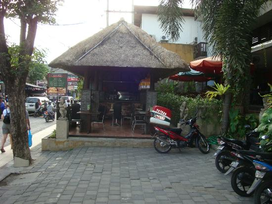 The Lokha Legian: Pizza cafe attached to front of hotel (good pizza)