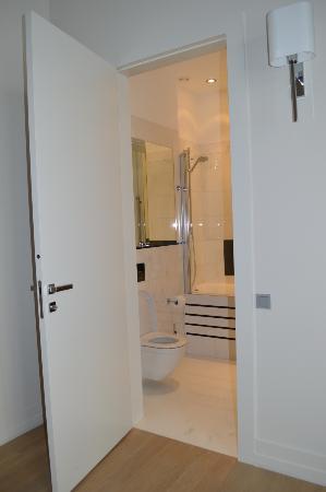 H15 Boutique: Вторая ванная комната с ванной