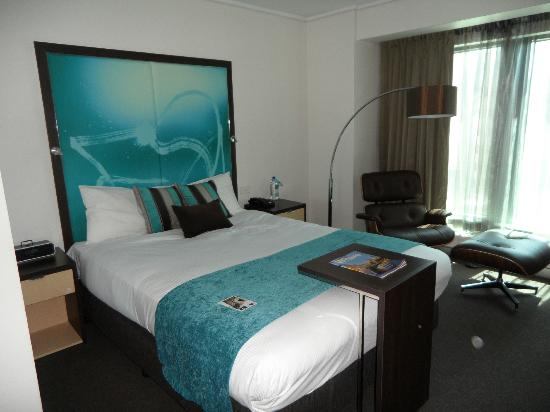 Novotel Melbourne on Collins: Bed with the comfy chair