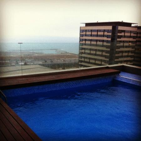 AC Hotel Barcelona Forum by Marriott: The pool on the 13th floor (too bad the weather was horrible..)