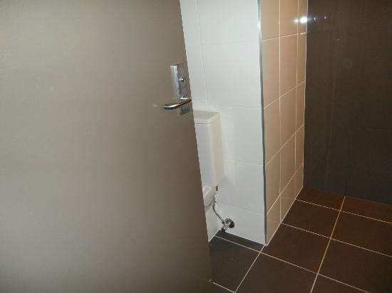 Novotel Melbourne on Collins: Toilet behind the door