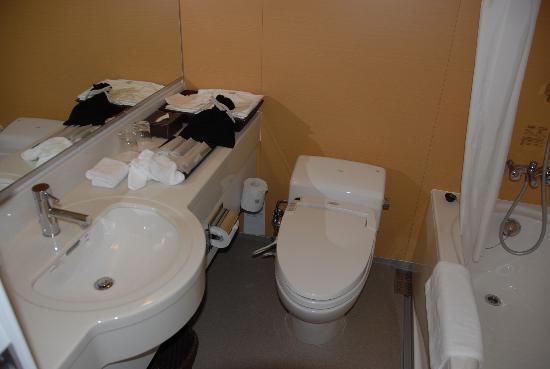 Hotel Niwa Tokyo: the bathroom