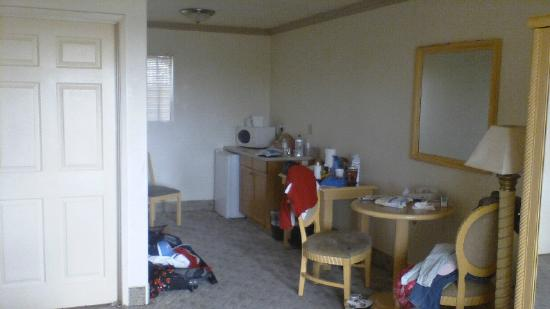 Motel 6 Vista: BVI Vista CA 201210 King FridgeWaveArea