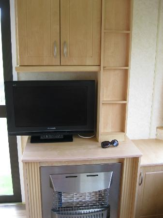Woolacombe Sands Holiday Park: tv area with fireplace