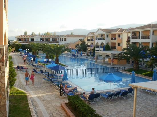 Alykanas Village Hotel: Pools in centre of hotel (activity pools during day)