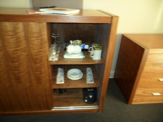 Quality Hotel Dickson: Cupboard with dining Utensils