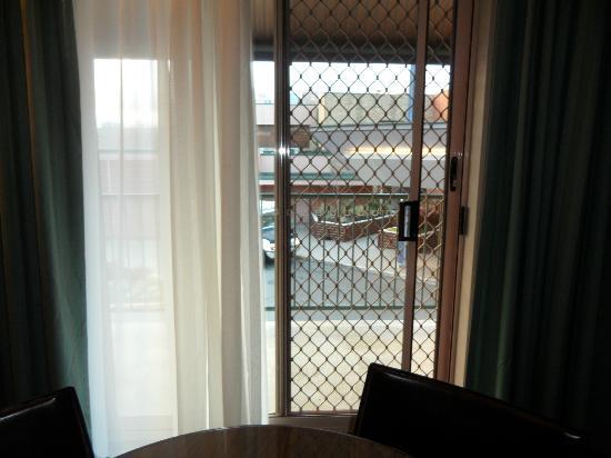 Quality Hotel Dickson: Security door to balcony