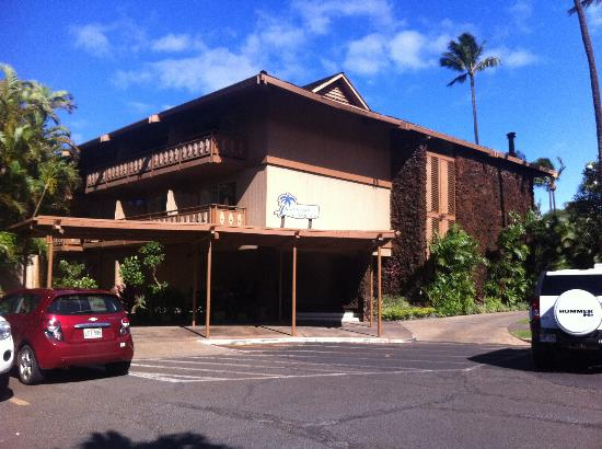 Kaanapali Ocean Inn: View of Hotel from Parking Lot