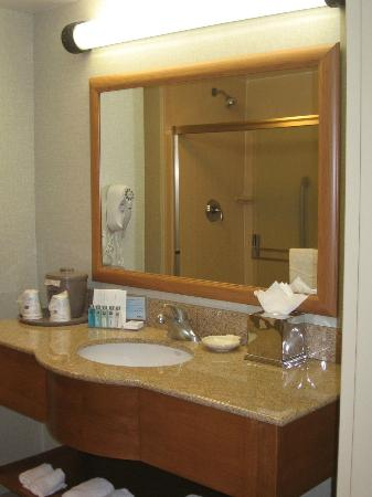 Hampton Inn & Suites Madera: Bathroom